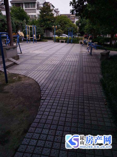 亭林公园南门口,小区清净环境好,房型好,送南面大院子,房东到外地发展,诚心出售。