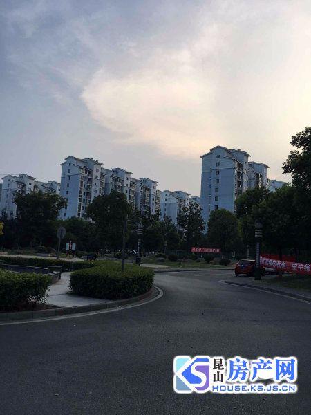 南有淞南幼儿园,北靠千灯中心校。
